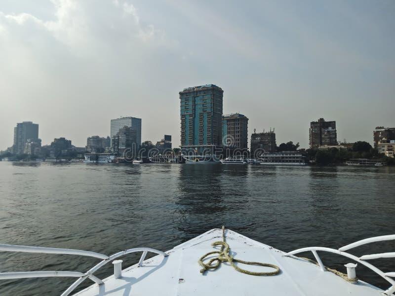 Sikt från ett fartyg Stora byggnader på kusten av Nile River Kairostad, Egypten arkivbild
