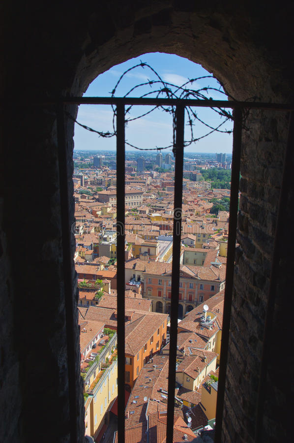 Sikt från fönster på det Asinelli tornet royaltyfri fotografi