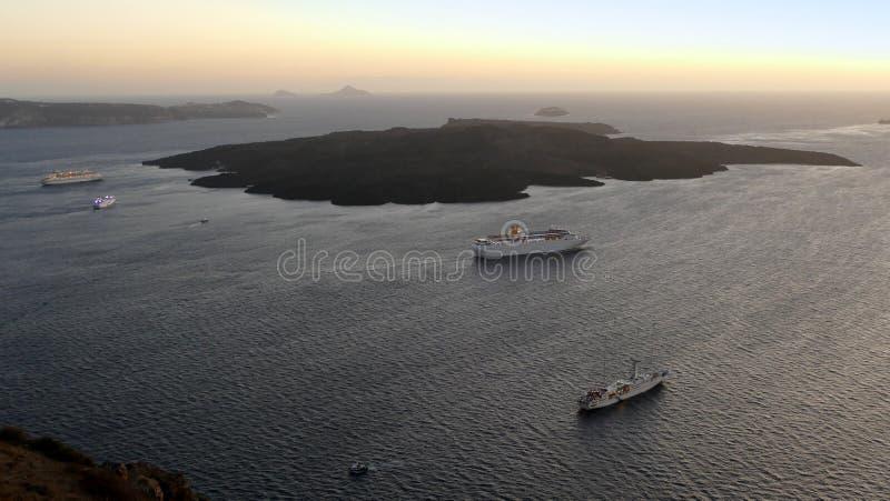 Sikt från Fira i Santorini, Grekland av vulkaniska öar ut till havet arkivfoto