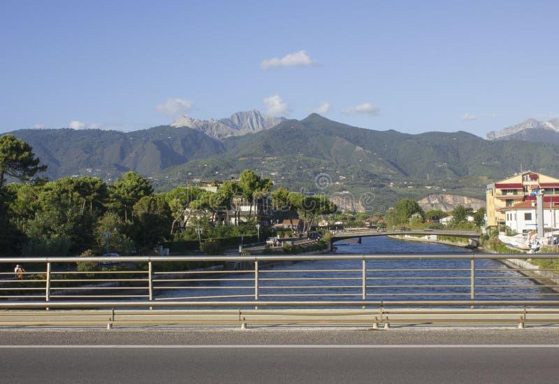 Sikt från flodframdelen av Marina di Massa av de berömda Tuscany Apuan fjällängarna royaltyfria bilder