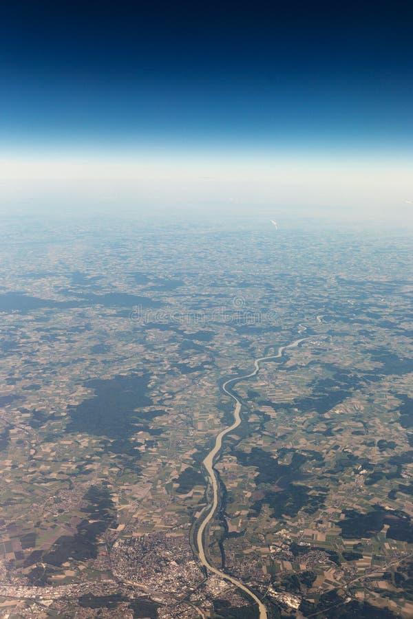 Sikt från flygplanet till himlen ovanför fjällängbergen _ arkivbilder