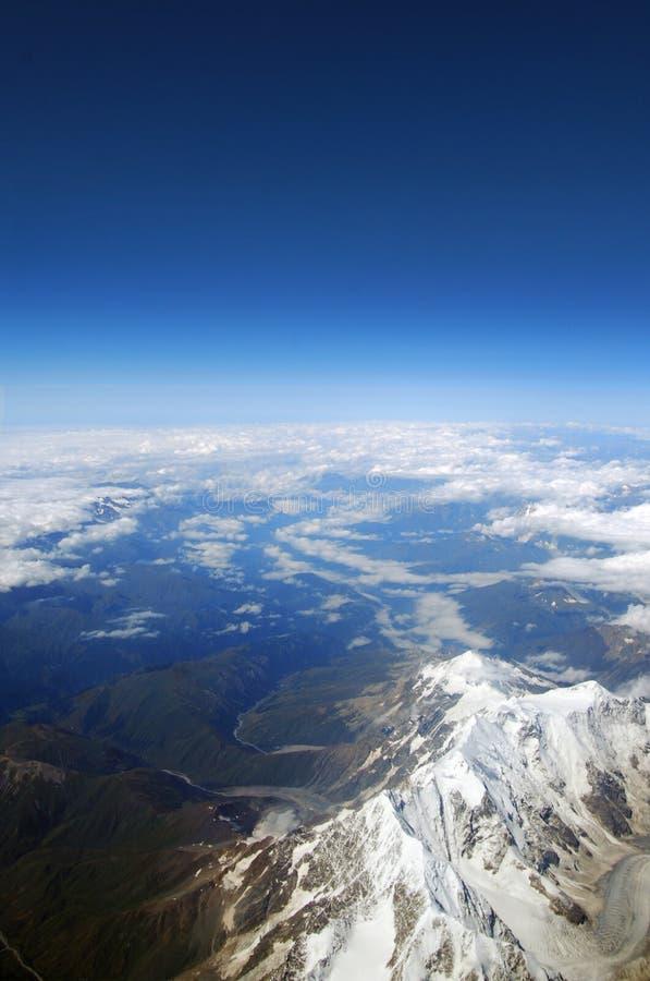 Sikt från flygplanfönstret på berget royaltyfri fotografi