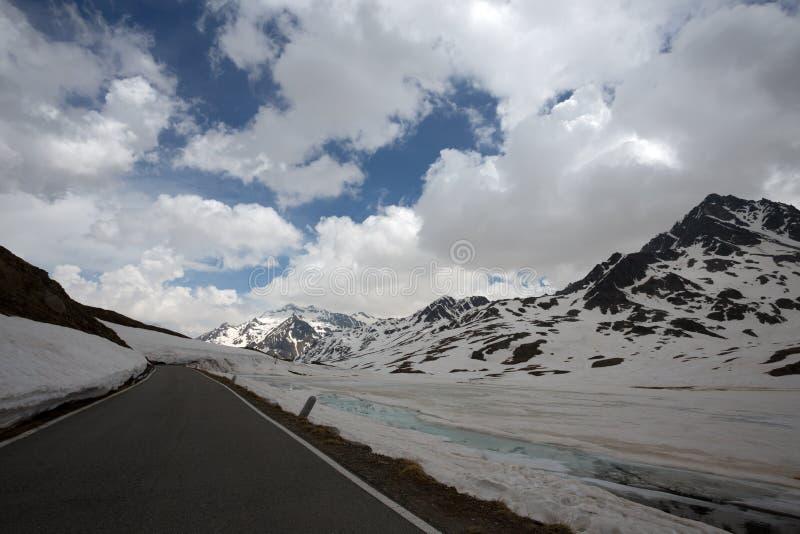 Sikt från Gaviapasserandet, ett alpint passerande av de sydliga Rhaetian fjällängarna som markerar den administrativa gränsen mel royaltyfri fotografi
