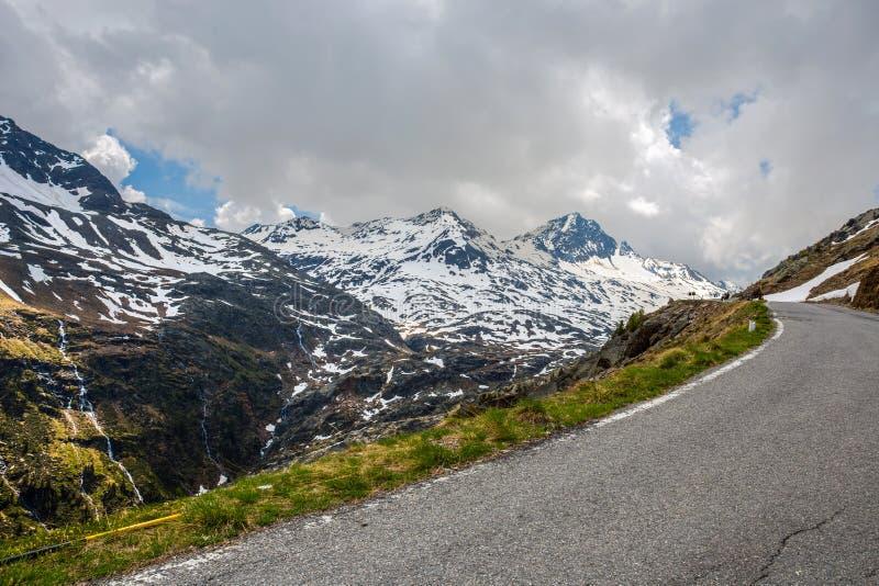 Sikt från Gaviapasserandet, ett alpint passerande av de sydliga Rhaetian fjällängarna som markerar den administrativa gränsen mel arkivbild