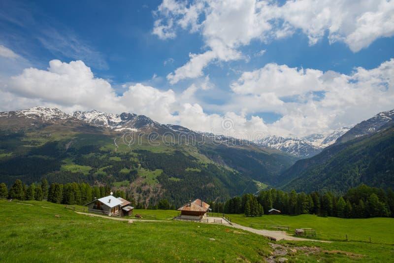 Sikt från Gaviapasserandet, ett alpint passerande av de sydliga Rhaetian fjällängarna som markerar den administrativa gränsen mel royaltyfria bilder