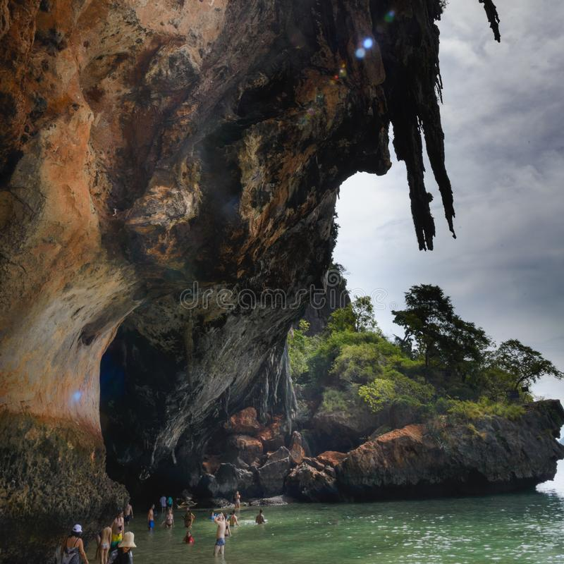 Sikt från grottan: Fjärd för Ao Phra Nang, Railay strand, hattTham Phra Nang strand, Krabi, Thailand arkivbild