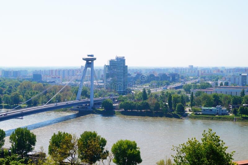 Sikt från höjderna till den nya bron över Donauen i Bratislava arkivfoto
