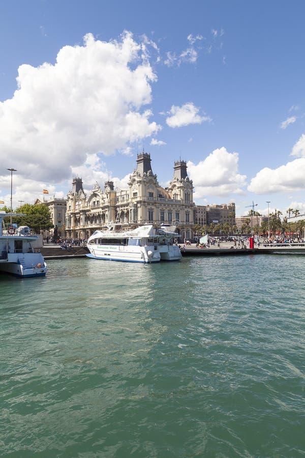 Sikt från havet på port Vell och Barcelonas gamla egenar som bygger, Barcelona, Spanien royaltyfri fotografi