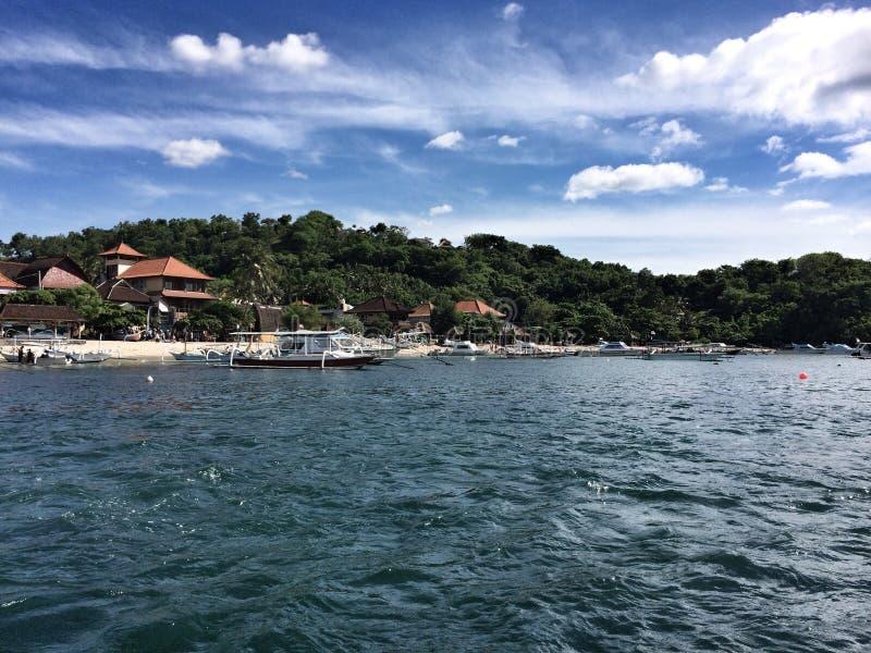 Sikt från havet till ön av Bali fotografering för bildbyråer