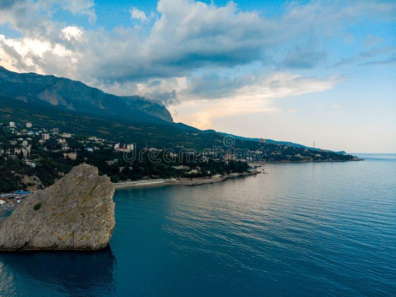 Sikt från havet till bergen och molnen, Krim arkivbilder
