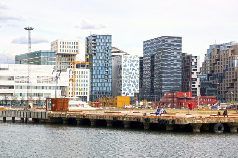 Sikt från havet till de moderna byggnaderna av Oslo arkivbild