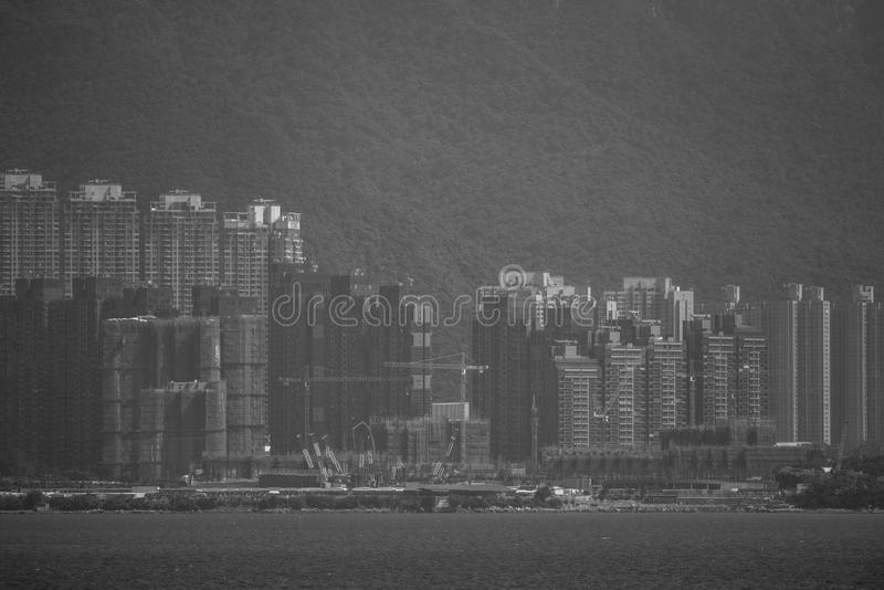 Sikt från Hong Kong Plover Cove Reservoir: monokrom arkivfoto