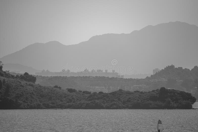 Sikt från Hong Kong Plover Cove Reservoir: monokrom arkivfoton
