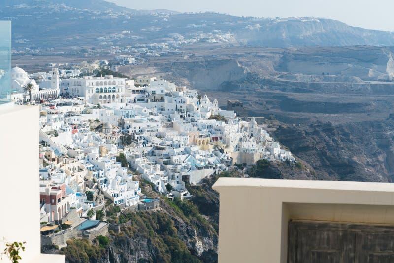Sikt från hotellet till staden av Fira arkivbild