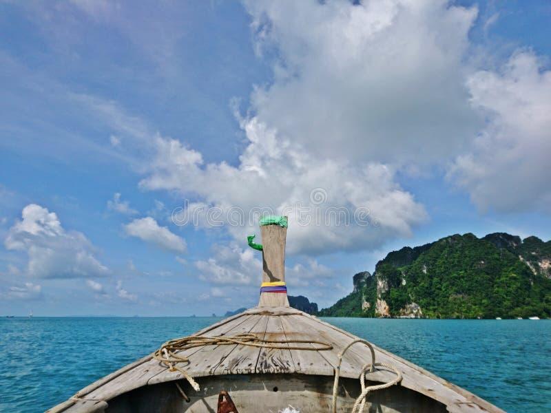 Sikt från huvudet av det träfartyget för lång svans som seglar till ön med härlig blå himmel och molnet från Thailand arkivbild