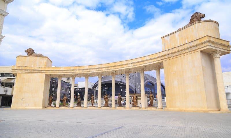 Sikt från i stadens centrum Skopje, den Macedonian huvudstaden royaltyfri foto
