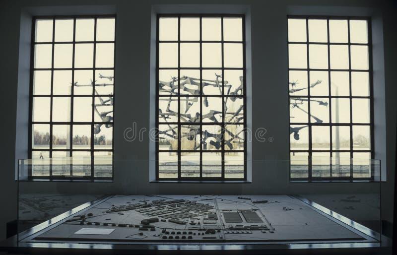 Sikt från inre av den Dachau koncentrationslägerminnesmärken royaltyfria bilder