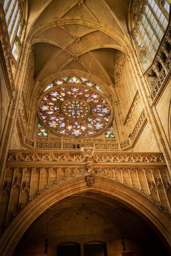 Sikt från inre av det rosa fönstret i Sten Vitus Cathedral, i Prague royaltyfri bild