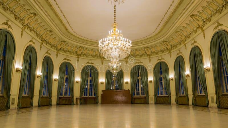 Sikt från inre en slott med den festliga korridoren royaltyfri foto