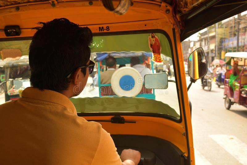 Sikt från insidan av enrickshaw i västra Bengal, Indien arkivfoton