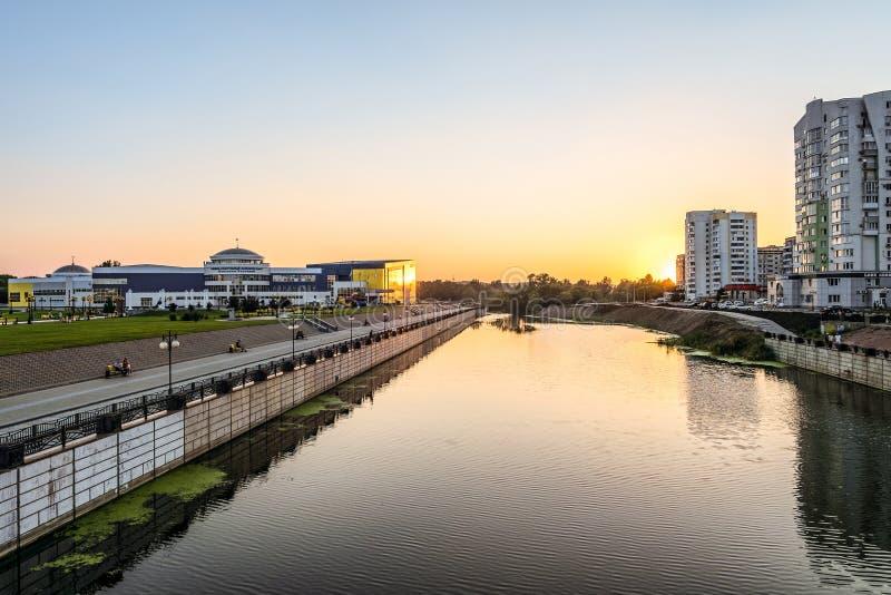 Sikt från invallningen av flod`-Vezelka ` på Svetlana Khorkina för utbildningslätthet byggnad i Belgorod delstatsuniversitetkompl arkivbilder