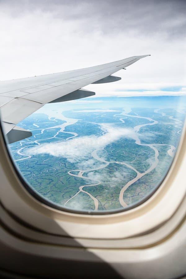 Sikt från jetfönster på land royaltyfri bild
