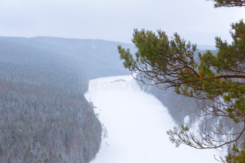 Sikt från klippan till dalen av den djupfrysta floden arkivbilder