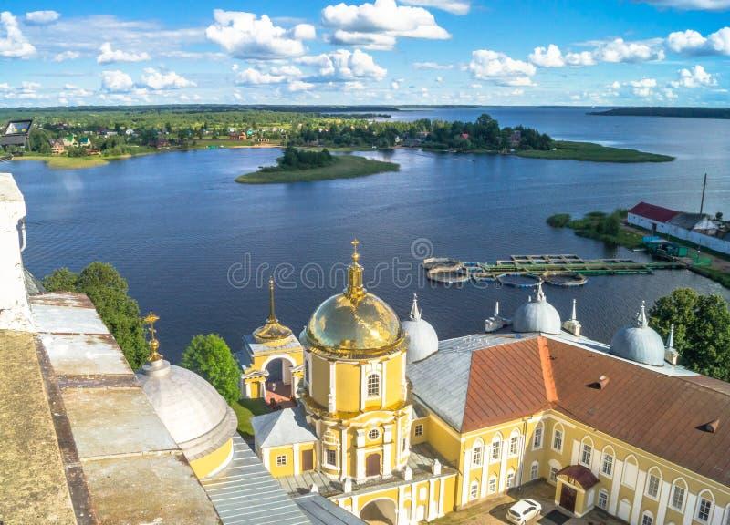 Sikt från klockatornet av Epiphanydomkyrkan i riktningen av portkyrkan av vördnadsvärda Nilus Stolobensky royaltyfria bilder