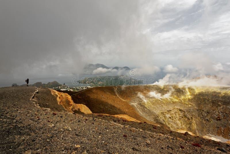 Sikt från kraterkanten över de eoliska öarna royaltyfri fotografi