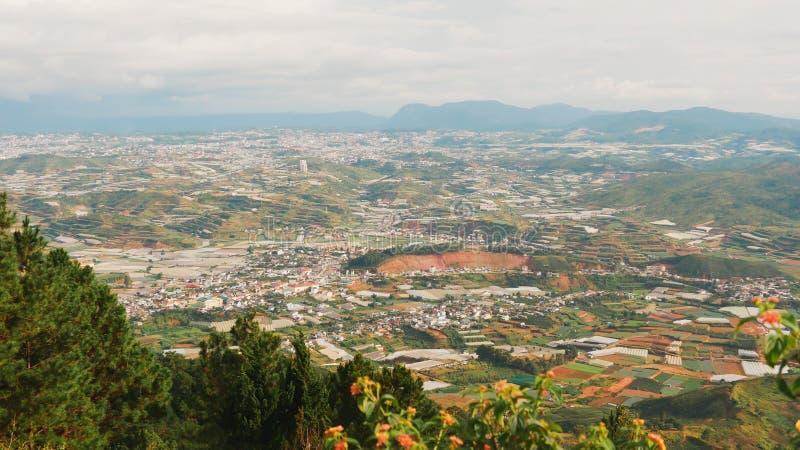 Sikt från Lang Biang Mountain Landskap på monteringen Langbiang, ställe av utfärder, centrala högländer nära Dalat, Vietnam fotografering för bildbyråer