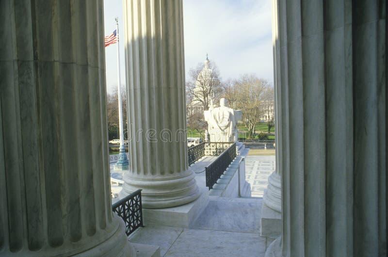Sikt från mellan kolonnerna av Förenta staternahögsta domstolenbyggnaden, Washington, D C royaltyfri bild