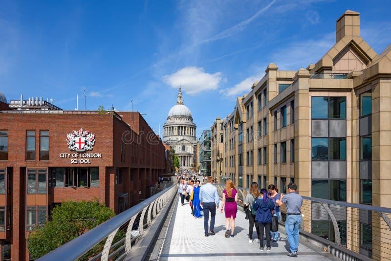 Sikt från milleniumbron i London, Förenade kungariket arkivfoto