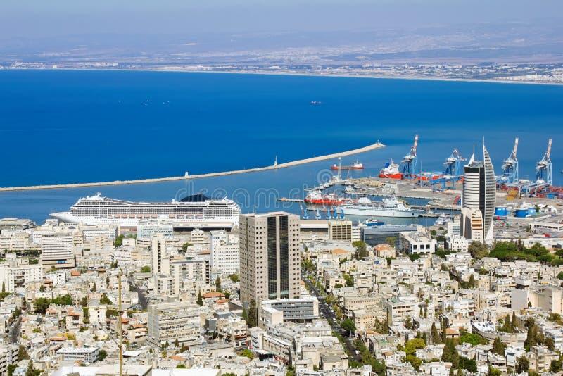 Sikt från monteringen Carmel till port och Haifa i Israel arkivbild
