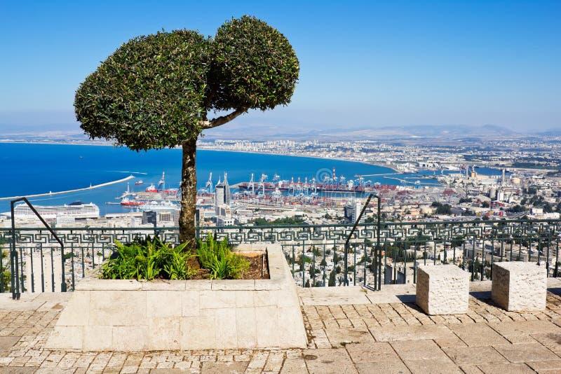 Sikt från monteringen Carmel till port och Haifa i Israel royaltyfria foton