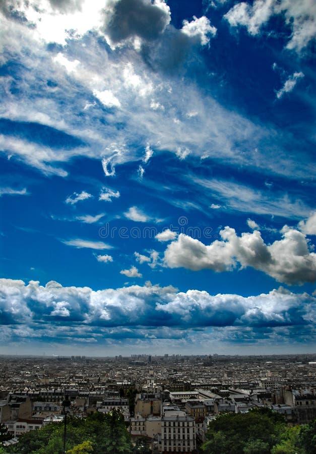 Sikt från Montmartre till sommar Paris och dramatisk cloudscape royaltyfria bilder