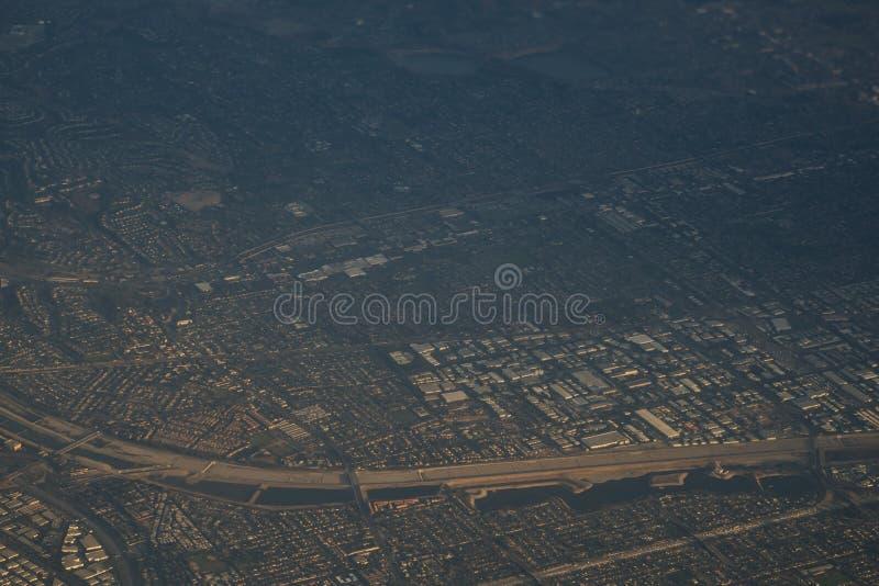 Sikt från nivån under flyg över Los Angeles i solnedgång royaltyfri foto