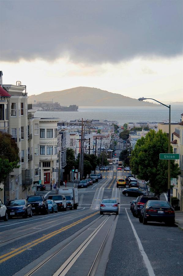 Sikt från Nob Hill på en typisk steepy väg av San Francisco royaltyfri foto
