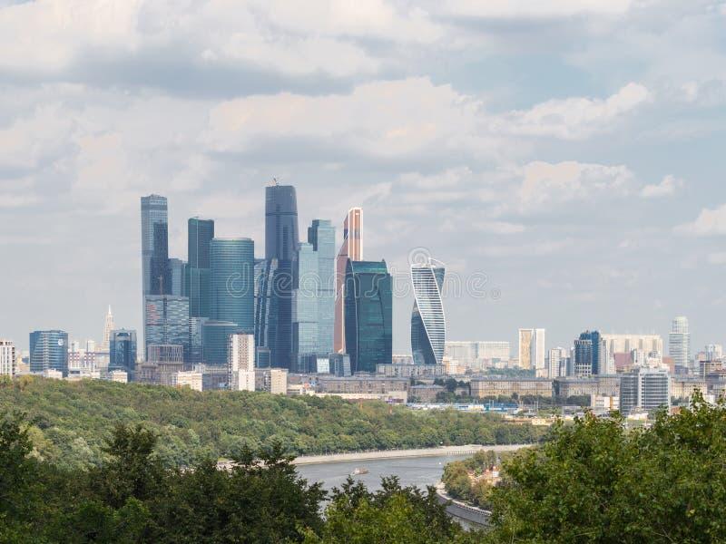 Sikt från observationsdäcket på staden för sparvkulleMoskva, royaltyfri fotografi