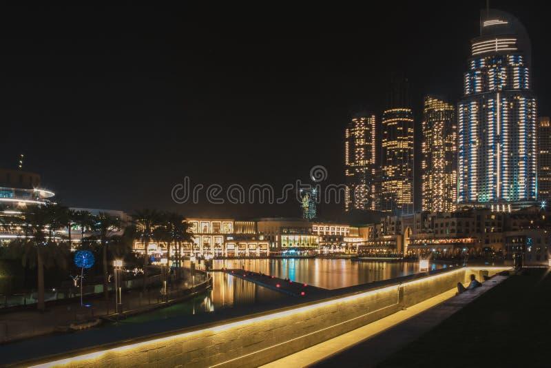 Sikt från observationsplattformen på de sjungande springbrunnarna och Dubai gallerian Dubai Maj 2019 arkivbild