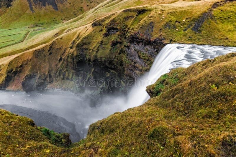 Sikt från ovanför den väldiga Skogafoos vattenfallet i Island royaltyfri foto
