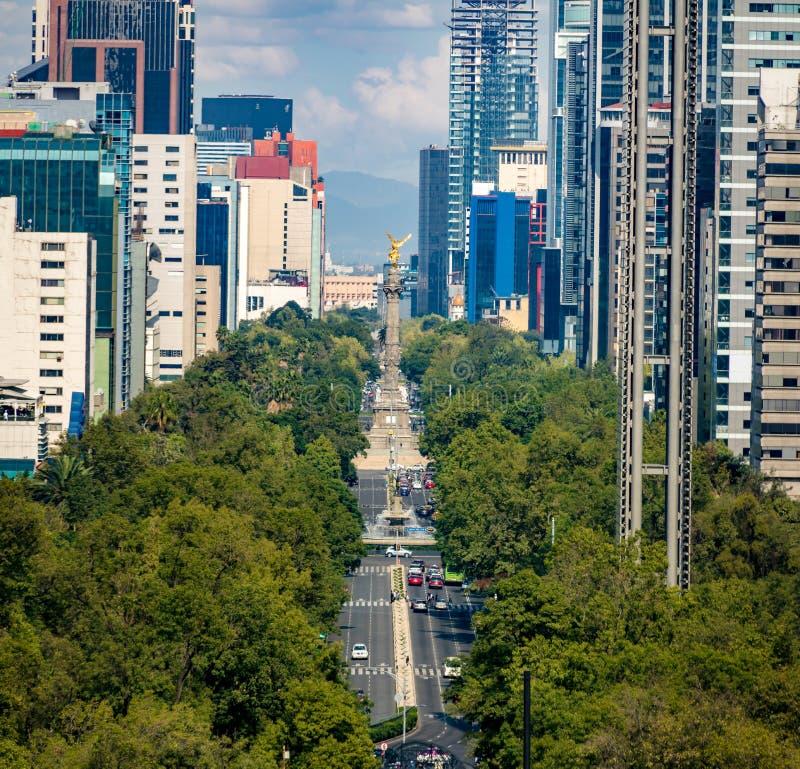 Sikt från ovannämnt av den Paseo de La Reforma avenyn och ängel av självständighetmonumentet - Mexico - stad, Mexico arkivfoto