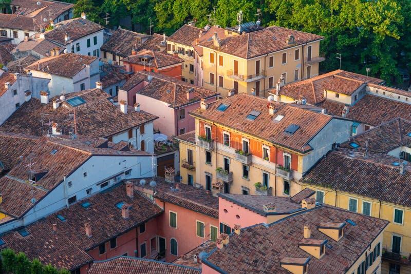 Sikt från ovannämnt av taken av hus i den centrala delen av Verona, Italien arkivbild