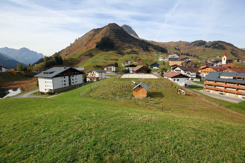 Sikt från ovannämnt på den alpina byn av Warth Stat av Vorarlberg, ?sterrike fotografering för bildbyråer