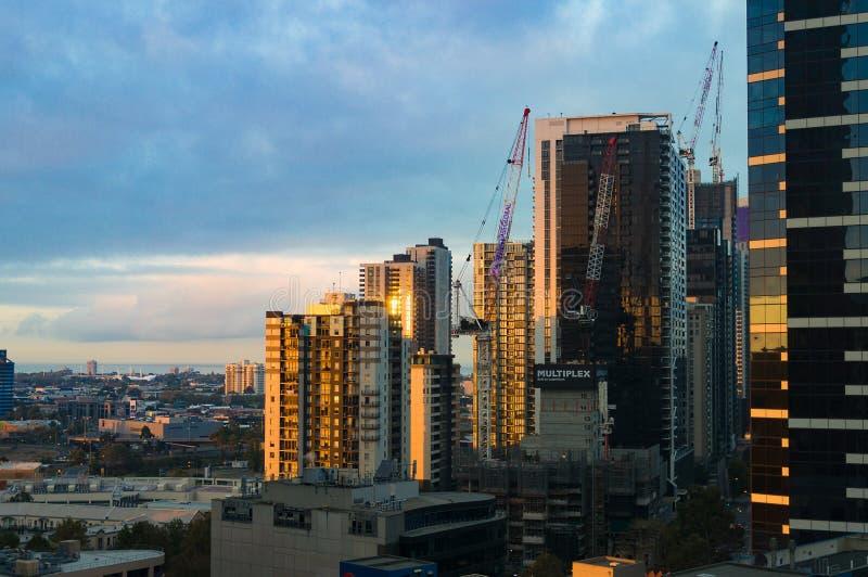 Sikt från ovannämnt på Melbourne cityscape med byggnadsutveckling arkivfoton