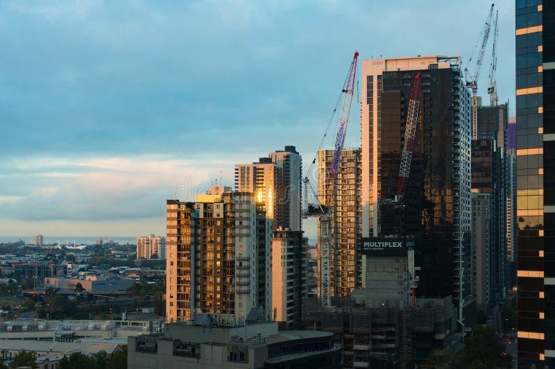Sikt från ovannämnt på Melbourne cityscape med byggnation in fotografering för bildbyråer