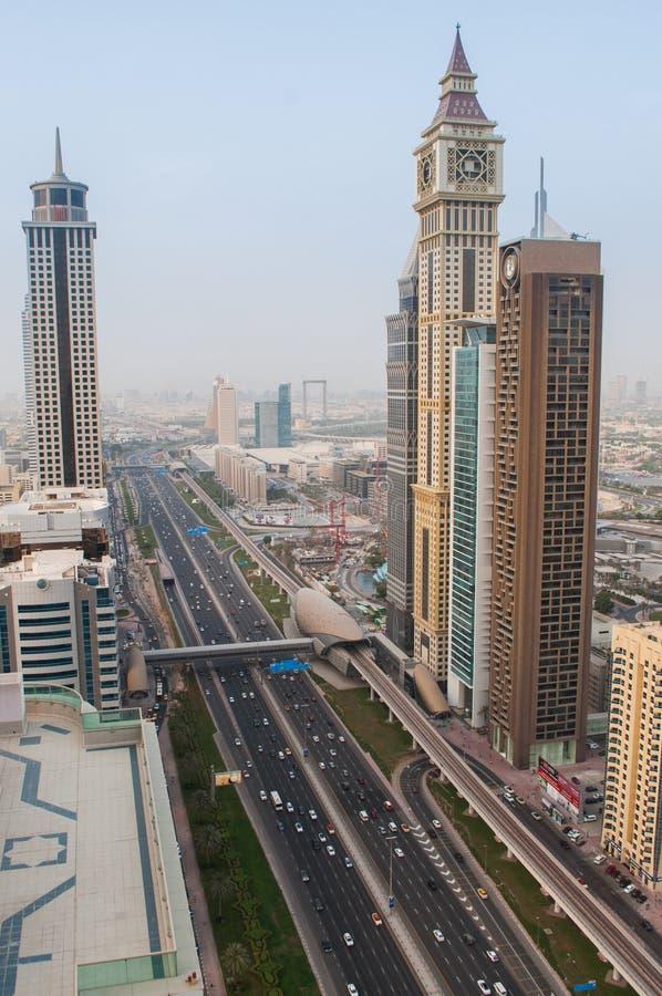 Sikt från ovannämnt på tornen från Sheikh Zayed Road i Dubai, UAE royaltyfria bilder