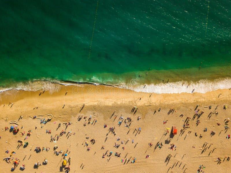 Sikt från ovannämnt till en upptagen strand atlantiskt kusthav fotografering för bildbyråer