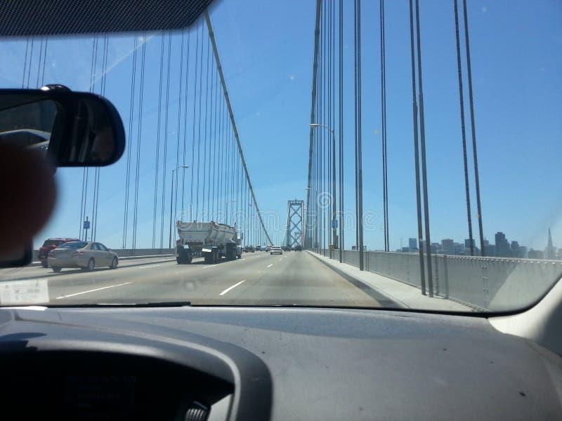 Sikt från passageraresida på bron royaltyfri foto
