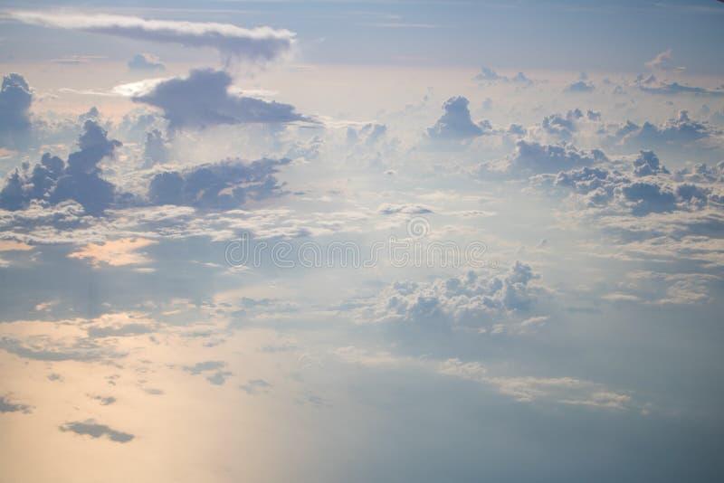 Sikt från plan blå himmel med molnet fotografering för bildbyråer