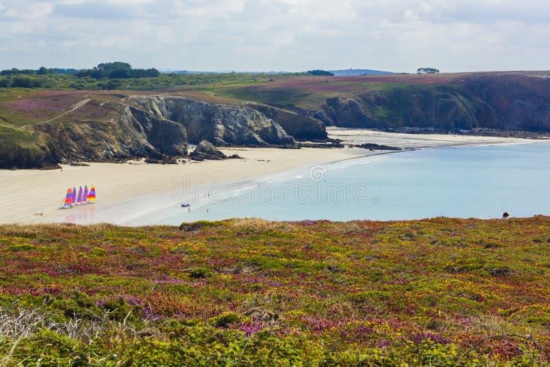 Sikt från Pointe de Penna-Hir i Bretagne till den vindsurfa stranden, Frankrike royaltyfria bilder